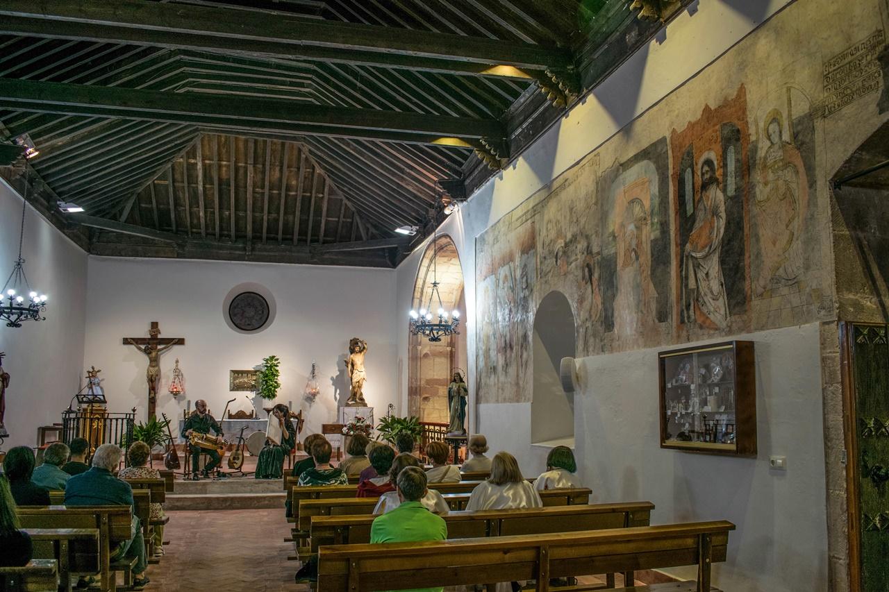 Concierto de música sefardí, artesonado mudéjar y frescos en la ermita de San Sebastián.