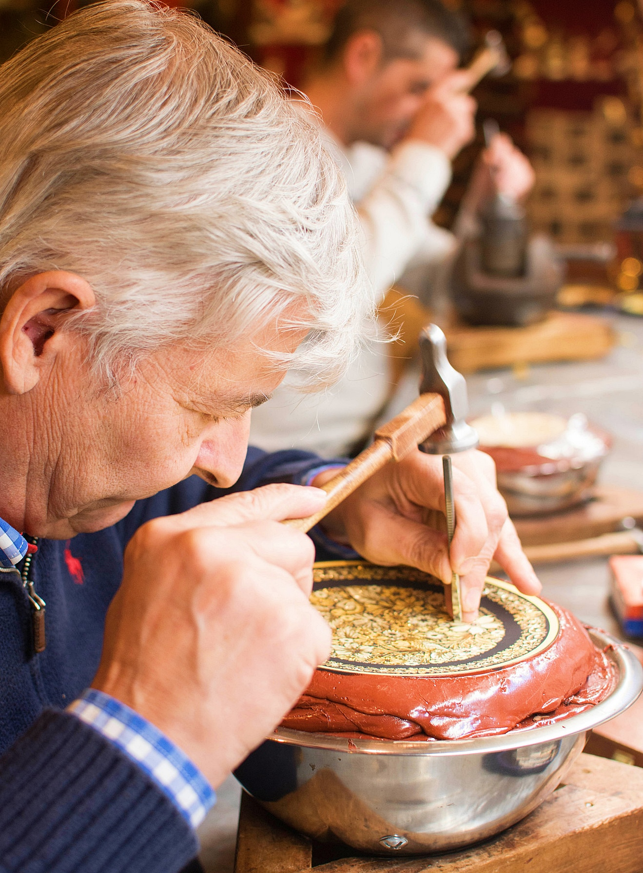 Trabajando el arte del oro damasquinado