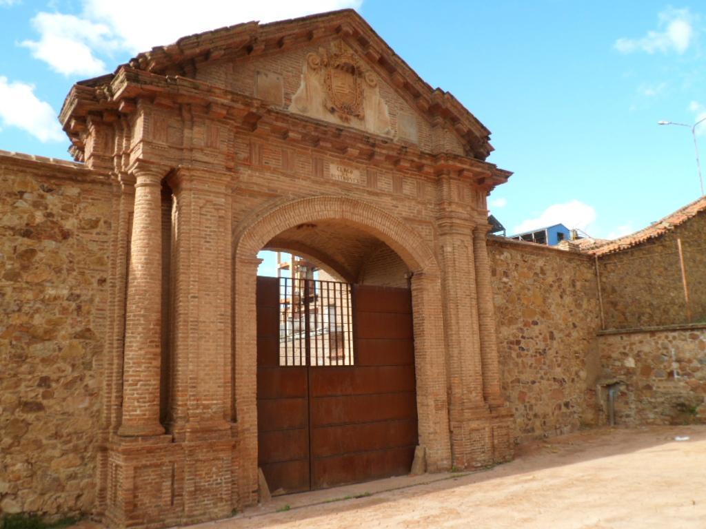 Puerta-de-Carlos-IV-Almaden.