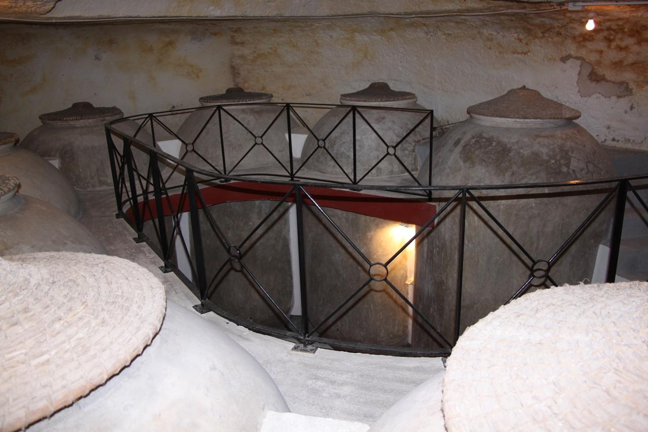 Interior de una cueva. Tinajas de vino. Turismo Ocio e Idiomas Saber Sabor