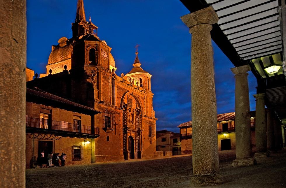 San Carlos del Valle por la noche. Autora, Sagrario Téllez
