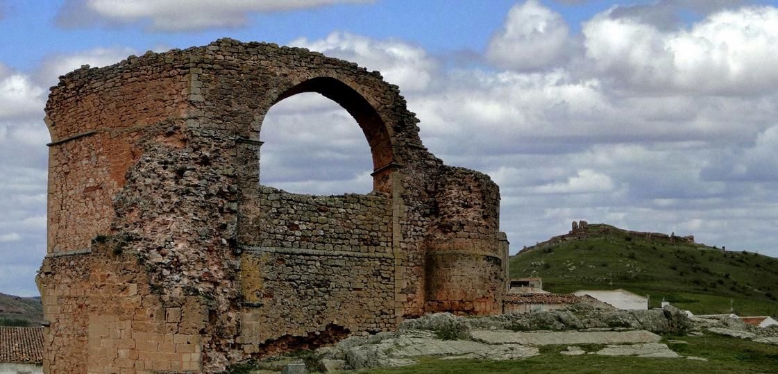 restos-del-acueducto-al-fondo-restos-del-castillo-autor-santiago-lopez-pastor