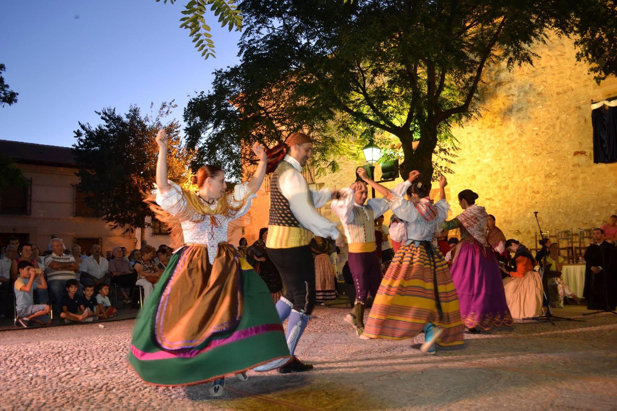 bailes-populares-durante-la-representacion-de-las-bodas-de-camacho-en-fuenllana-autor-salvador-carlos-duenas