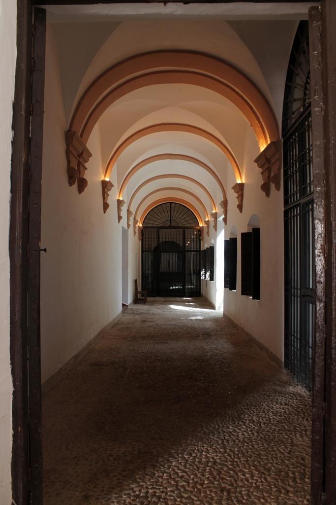 por-el-interior-del-convento-autor-ruben-castellanos