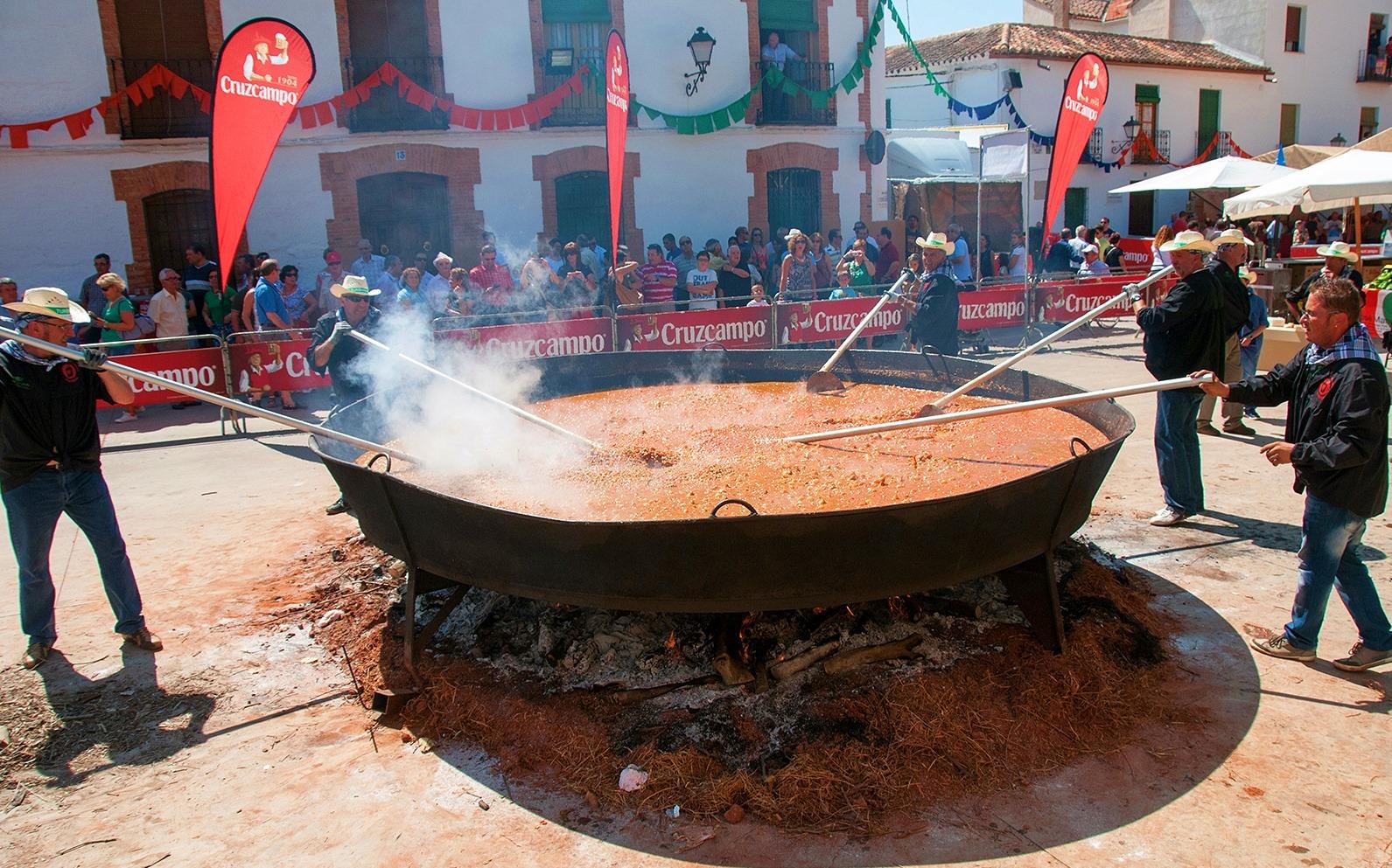 Cocinando el pisto más grande del mundo en Villanueva de los Infantes